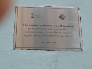 Placa de homenaje a los maestros republicanos en la fachada del Colegio Jovellanos de Gijón...